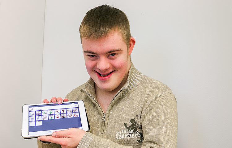 Eetu Pääkkösen iPadiin on ladattu valmiiksi lauseita ja sanoja, joiden avulla hän voi kommunikoida vieraiden ihmisten kanssa ja tehdä itsensä ymmärretyksi.