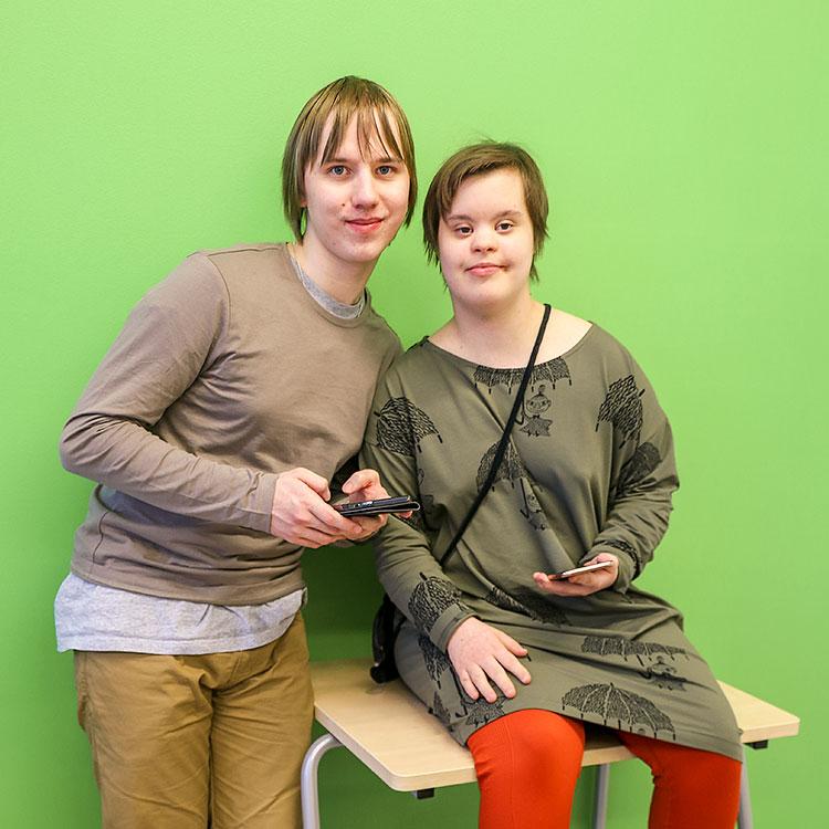 Joni Paulus ja Alma Toropainen käyttävät kännyköitä muun muassa keskinäiseen viestittelyynsä WhatsApp-sovelluksen tai Skypen kautta.