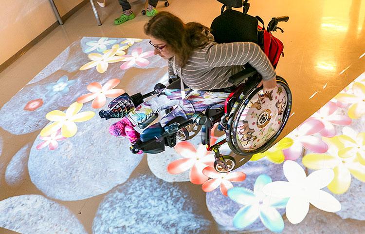 Taikalattiaa voidaan käyttää liikkumalla sen päällä esimerkiksi pyörätuolilla tai hyppimällä.