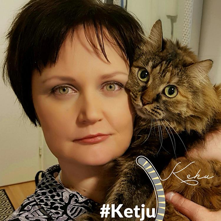 Kuvassa Heli Kaleva ja hänen kissansa Martta, sekä ketjukehu tunnus, vektori grafiikkaa (pystyssä sojottava raidallinen kissan häntä sekä teksti ketjukehu.)