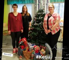 Kuvassa joulukuusen ja lahjojen äärellä ovat Petra, Tiia ja Henna