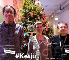 Kuvassa hymyilevät Gerard Cabarrocas Serra, Sanna Kuusisto ja Tuula Salminen. Taustalla Annantalon jouluinen aula.