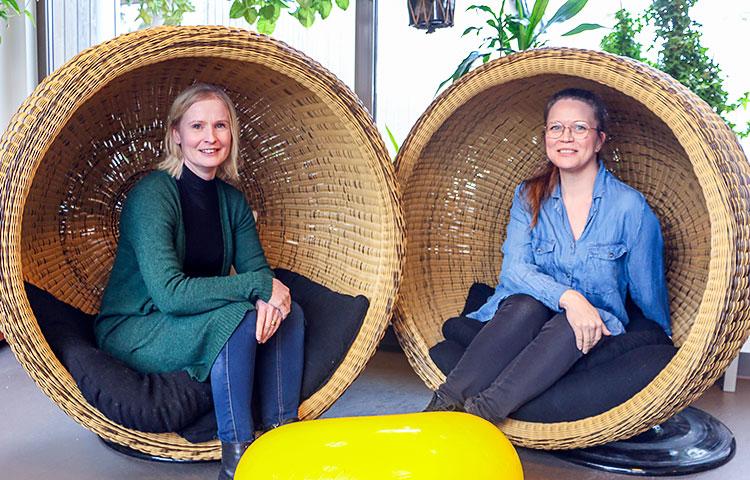 Kaksi naista istuu korituoleissa.