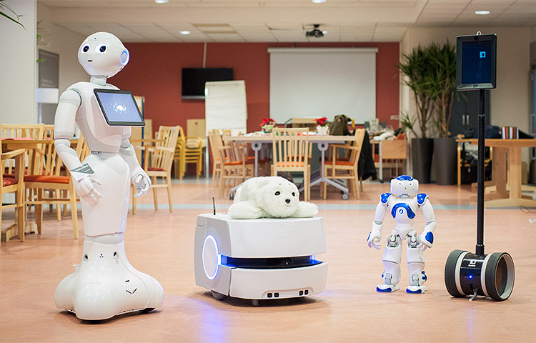 Useita erimallisia robotteja.