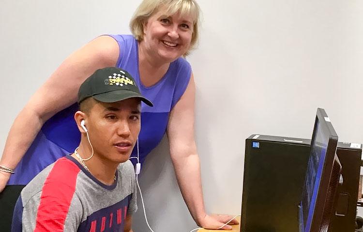 Mies ja nainen tietokoneen äärellä.