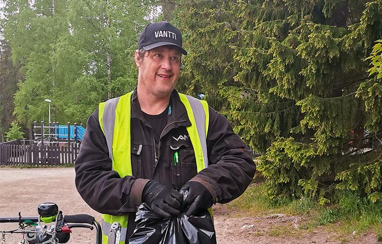 Huomioliiviin pukeutunut Tero Järvi huolehtimassa ulkoalueista.