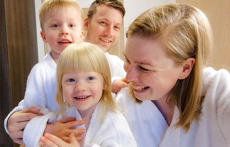 Perhe valkoisissa kylpytakeissa.