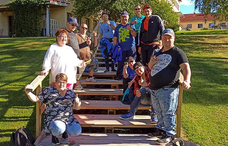 Ryhmä ihmisiä portailla.