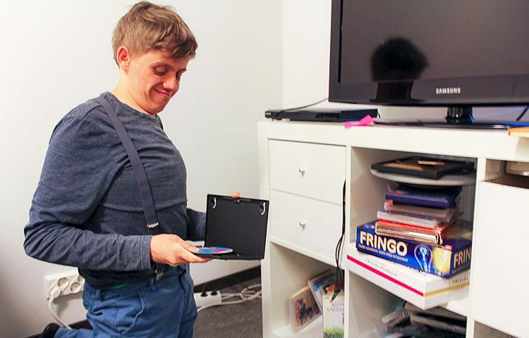 Mies pitelee avattua dvd-koteloa.