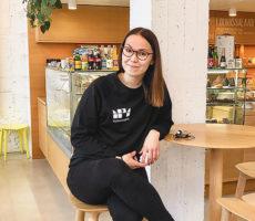 Nuori nainen istuu kahvilassa.