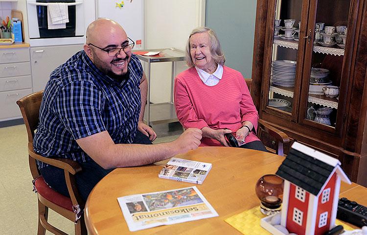 Mies ja nainen lukevat Selkosanomia.