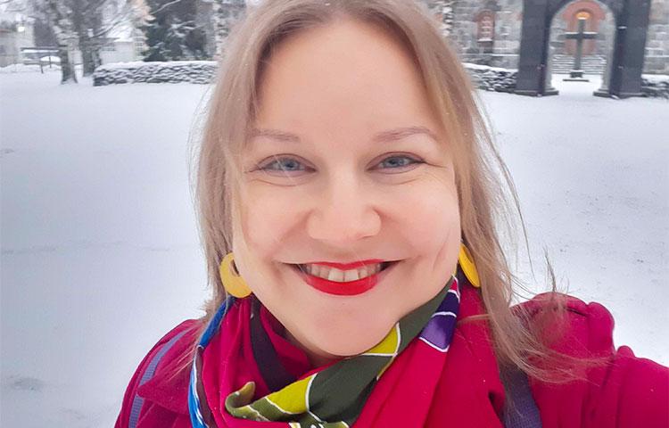 Talvinen lähikuva nuoresta naisesta.