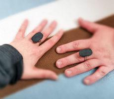 Kaksi kättä ja kaksi sormusta.