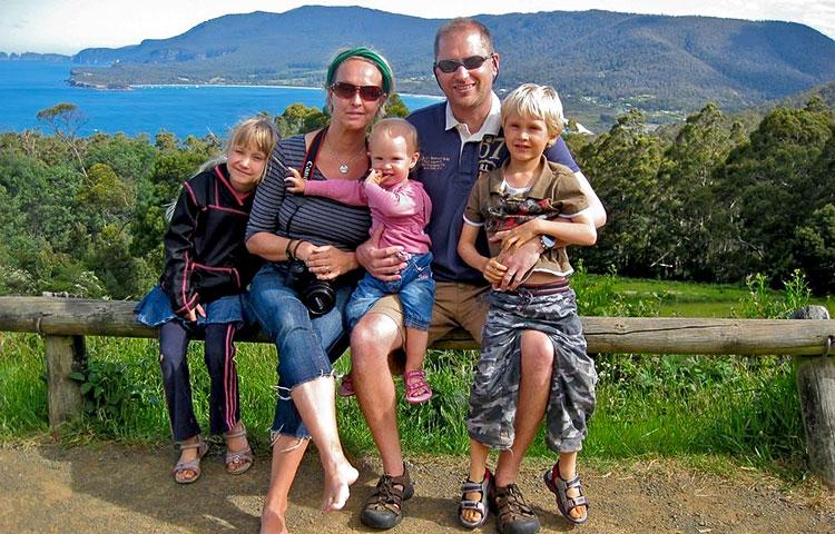 Ryhmäkuva perheestä.